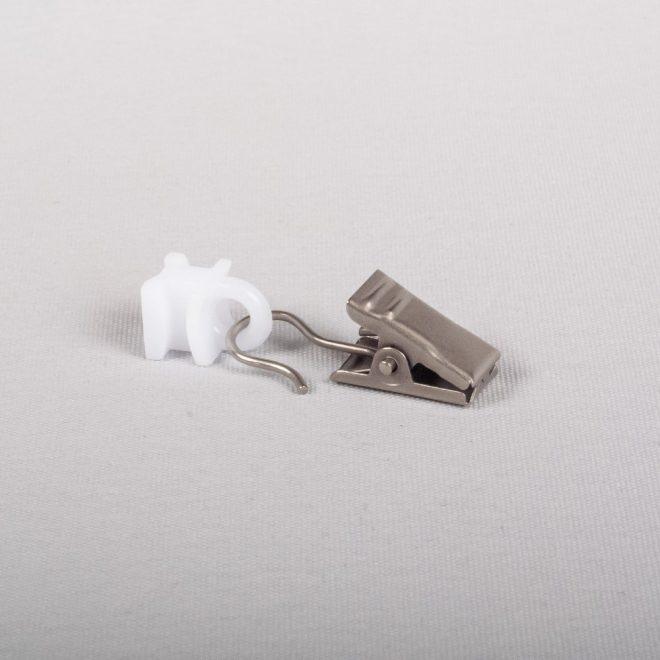 Plast. slankiojanti kilputė su metaliniu segtuku šv. mat. sidabro sp.Nr . U 335